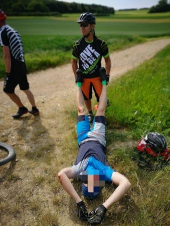 Dank unseren ausgebildeten Ersthelfern, konnte ein unbekannter Biker rasch versorgt werden ;)